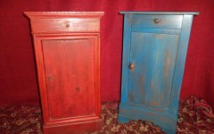 Table de chevet bleue et rouge