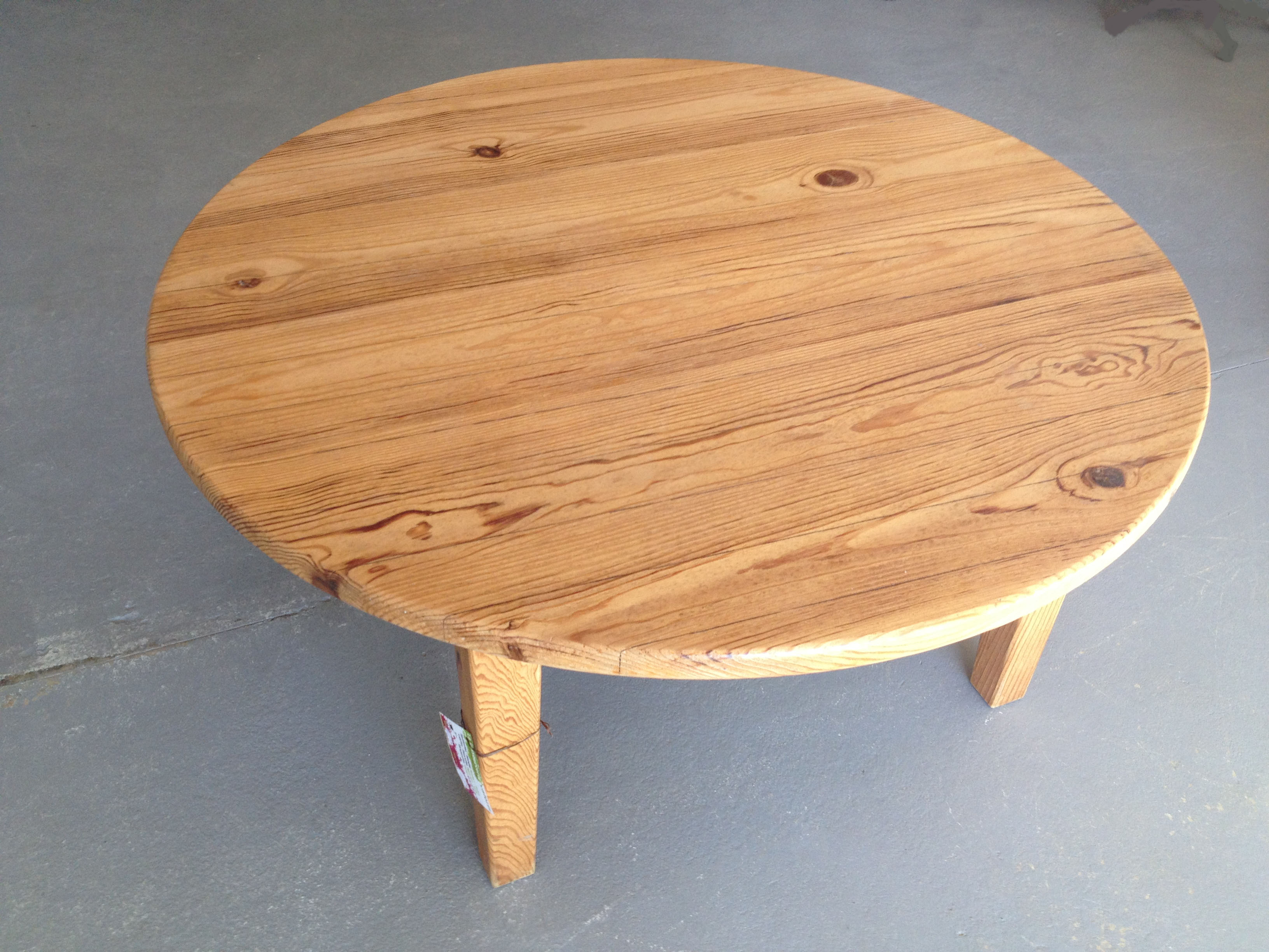 Table de salon en bois de pin association valoris - Table ronde de salon ...